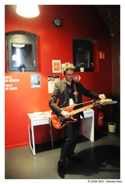 Dernier accordage de la guitare ciseaux par Olivier Durand.