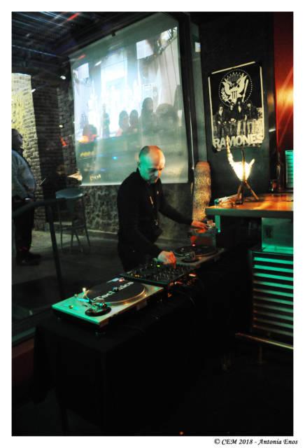 Clôture de soirée avec DJ The Archer dans le bar.