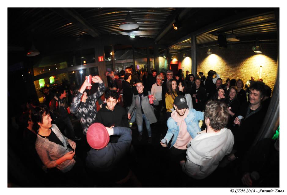 Puis, c'est la fête dans le bar du CEM.